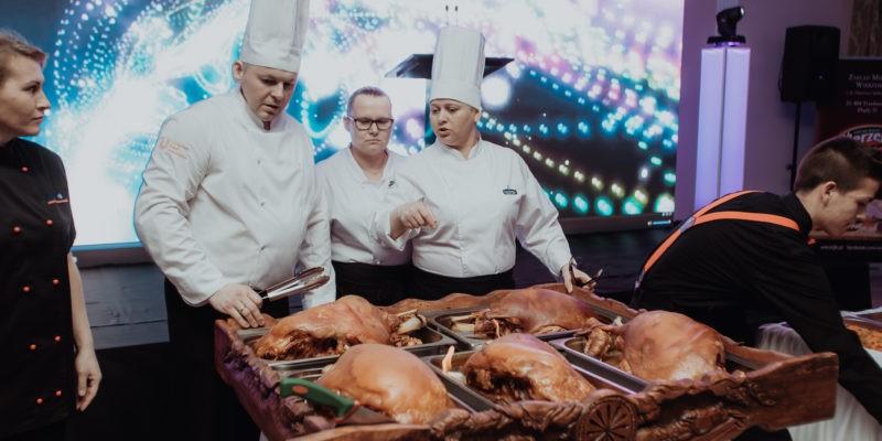 Kucharze z Parisel Palace przygotowali imponujące płonące szynki!